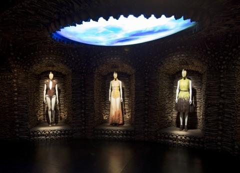 Alexander-McQueen-Savage-Beauty-at-the-VA-foto-Victoria-and-Albert-Museum-Londra-05-480x346