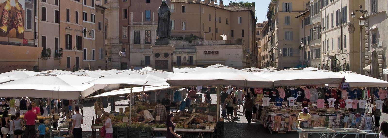 Mercatini di roma i tesori della moda nascosti tra i for Mercatini antiquariato roma