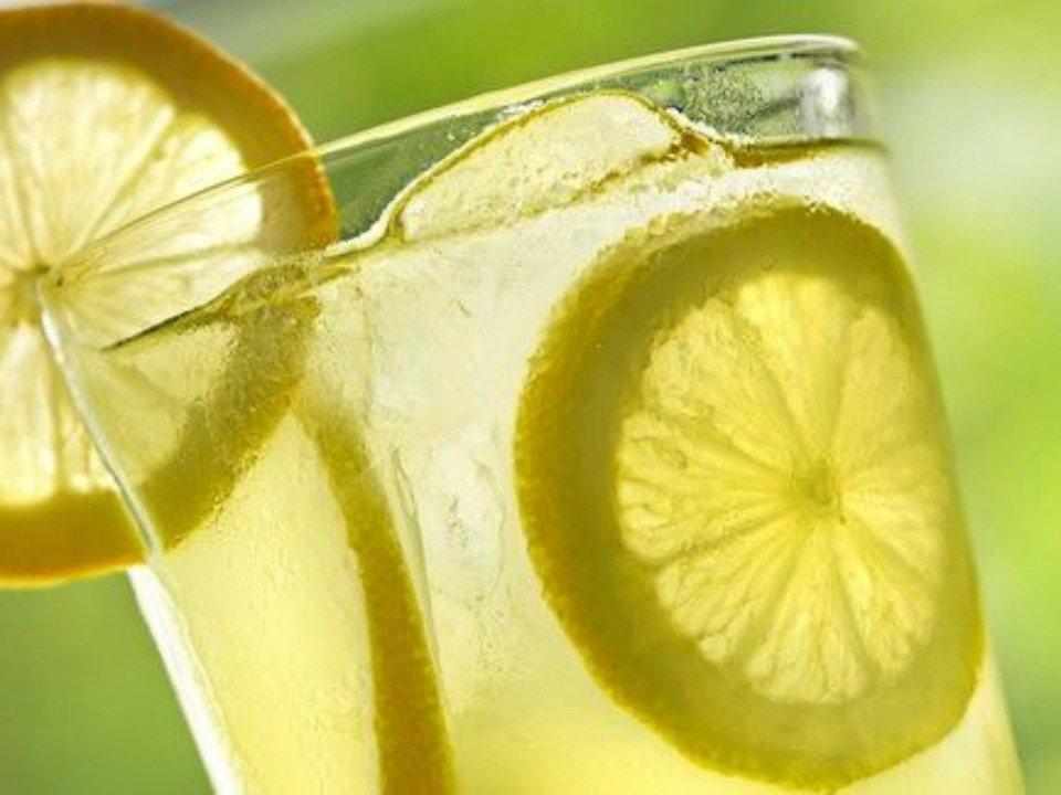 Acqua e Limone Sette Motivi Berla Ogni Mattina Fa Bene