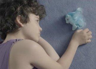 The Light Video Virale Storia Bambino Diverso HollySiz Femmina Maschio Diversità